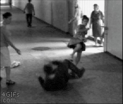 完璧!→【衝撃動画】スマホを盗もうとした男を格闘ゲームのようなコンボを決めて撃退した女子 | ロケットニュース24